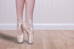 Espaço perfeito da cópia de En Pointe With do dançarino de bailado foto de stock royalty free