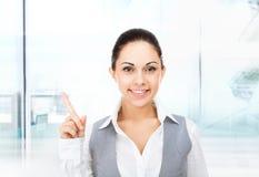 Espaço vazio da cópia do dedo do ponto do sorriso da mulher de negócios Imagens de Stock Royalty Free