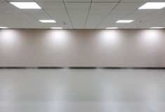 Espaço vazio da sala branca com luz de teto para o interior da galeria Fotografia de Stock