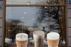 Espaço vazio do anúncio em uma janela de um restaurante da rua fora imagem de stock royalty free