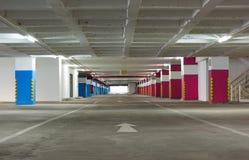 Espaço vazio um o parque de estacionamento na construção foto de stock