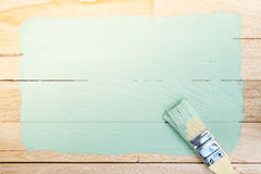 Espaço verde da pintura com o pincel no fundo de madeira Fotografia de Stock Royalty Free