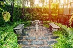 Espaço verde do parque com banco de pedra Imagem de Stock Royalty Free