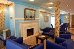 Espaço vivo na casa de madeira imagens de stock royalty free