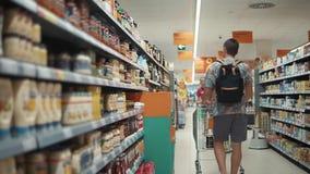 España, Blanes, septiembre de 2018: Compras del hombre para la comida almacen de video