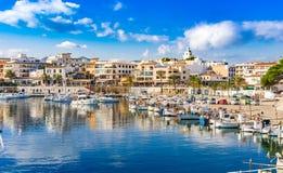 España Cala Ratjada, ciudad hermosa del puerto deportivo del puerto en la costa de la isla de Majorca imagenes de archivo
