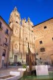 ESPAÑA - El La porta barroco Clerecia - universidad pontifical en la oscuridad, Casa de las Conchas y el monumento de Francisco S Imágenes de archivo libres de regalías