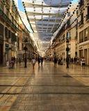 españa Málaga Calle de las compras debajo de un toldo Fotografía de archivo libre de regalías