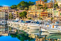 España Majorca, ciudad hermosa del puerto de Port de Soller en la isla de Majorca, España imagenes de archivo