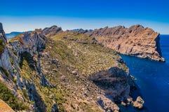 España Mallorca, acantilados de la montaña en la costa del cabo de Formentor fotos de archivo libres de regalías