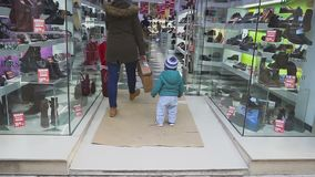 españa ronda 11 de enero de 2018 El muchacho de un año está considerando una tienda a través del vidrio El niño examina cuidadosa metrajes