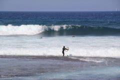 España, Tenerife, océano y personas que practica surf Fotos de archivo libres de regalías