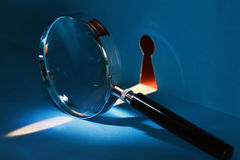 Espía a través del ojo de la cerradura Foto de archivo libre de regalías