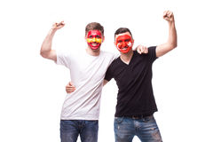 España contra Turquía en el fondo blanco Los fanáticos del fútbol de equipos nacionales celebran, bailan y gritan Foto de archivo