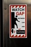 Espace de montre entre la voiture et la plate-forme Photo libre de droits