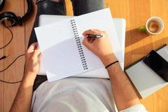 Espace de travail à la maison Écriture d'étudiant, séance sur le plancher Images stock