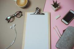 Espace de travail à la maison minimal de bureau avec le presse-papiers, stylo, tasse de café sur p Images stock