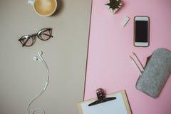 Espace de travail à la maison minimal de bureau avec le presse-papiers, stylo, tasse de café sur p Image stock