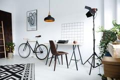 Espace de travail à la maison simple avec le bureau Photo stock