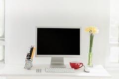 Espace de travail élégant avec l'ordinateur à la maison ou le studio Photos libres de droits