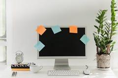 Espace de travail élégant avec l'ordinateur à la maison ou le studio Photo stock