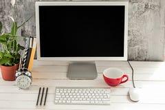 Espace de travail élégant avec l'ordinateur à la maison ou le studio Photos stock