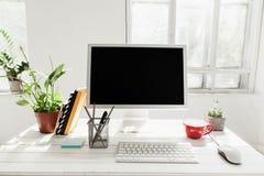 Espace de travail élégant avec l'ordinateur à la maison ou le studio Image libre de droits