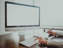 Espace de travail élégant avec l'ordinateur Photos stock