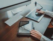 Espace de travail élégant avec l'ordinateur Images stock