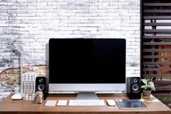 Espace de travail élégant avec l'ordinateur d'écran vide à la maison Photographie stock libre de droits