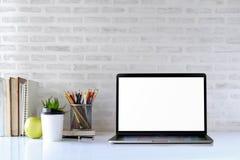 Espace de travail élégant avec l'ordinateur portable Photo libre de droits