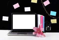 Espace de travail élégant avec l'ordinateur portable, appareil-photo, notes collantes Image stock