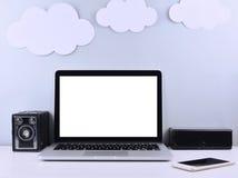 Espace de travail élégant avec l'ordinateur portable, appareil-photo, notes collantes Photo libre de droits