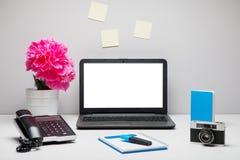 Espace de travail élégant avec l'ordinateur portable, fournitures de bureau, appareil-photo, Images stock