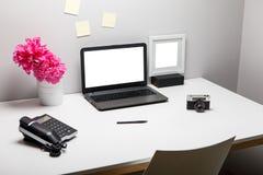 Espace de travail élégant avec l'ordinateur portable, fournitures de bureau, appareil-photo, Photo libre de droits