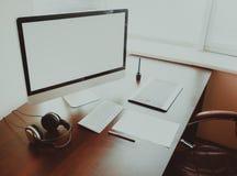 Espace de travail élégant avec l'ordinateur sur la maison ou le studio Images libres de droits
