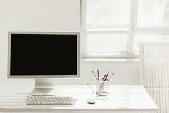 Espace de travail élégant avec l'ordinateur sur la maison ou le studio Photos libres de droits