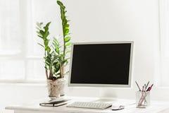 Espace de travail élégant avec l'ordinateur sur la maison ou le studio Photo libre de droits