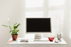 Espace de travail élégant avec l'ordinateur sur la maison ou le studio Photographie stock libre de droits