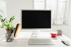 Espace de travail élégant avec l'ordinateur sur la maison ou le studio Images stock