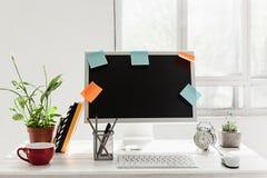 Espace de travail élégant avec l'ordinateur sur la maison ou le studio Photos stock
