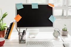 Espace de travail élégant avec l'ordinateur sur la maison ou le studio Image libre de droits