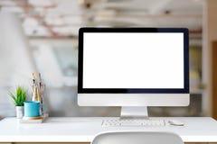 Espace de travail élégant avec l'ordinateur sur le bureau Photo stock