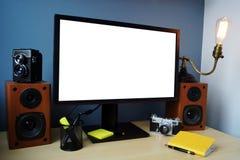 Espace de travail élégant avec le moniteur, l'appareil-photo et la lampe et l'offi Image libre de droits