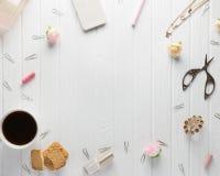 Espace de travail avec des accessoires du ` s de femmes sur un vieux backgroun en bois blanc Image stock