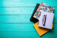 Espace de travail avec des accessoires de l'espace et d'école de copie sur la table en bois bleue Vue supérieure Image libre de droits