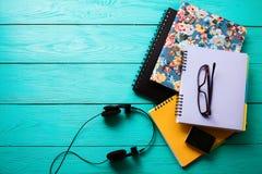 Espace de travail avec des accessoires de l'espace et d'école de copie sur la table en bois bleue Vue supérieure Photographie stock libre de droits
