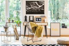 Espace de travail avec des affiches et des fleurs Image libre de droits