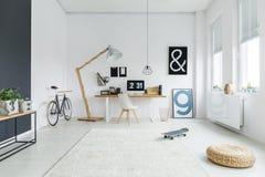 Espace de travail avec des affiches de vélo et de lettre Photo libre de droits