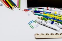 Espace de travail avec des crayons et des peintures Photo stock